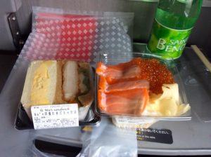今回は諸事情により道草せず帰宅。栃木のド田舎ではお目にかかれない食材に溢れる新宿駅のエキナカ(ニュウマン)で食料を買い込み、在来線のグリーン車に乗り込み爆食。