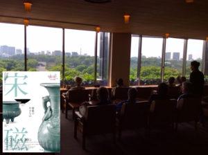 日比谷通りに面した帝劇ビル9階の出光美術館。休憩室からは皇居外苑が一望できる。休憩室の隣にある陶片室ではご同業とおぼしき方が私と同じように熱心に陶片に見入る姿が。