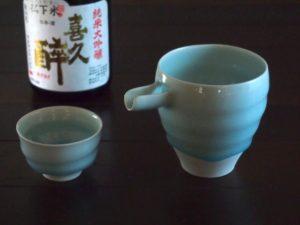 青白磁酒器片口とぐい吞み。酒はご縁のある静岡・藤枝の青島酒造の『喜久酔 松下米純米大吟醸』。