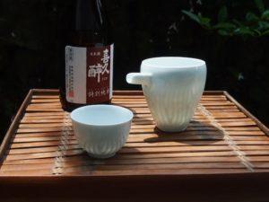 白磁酒器片口とぐい吞み。酒はご縁のある静岡・藤枝の青島酒造の『喜久酔 特別純米』。