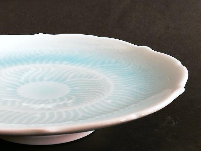 ②青白磁輪花高台皿 サイズ(mm) 220×220×46 価格(税抜) 18,000円